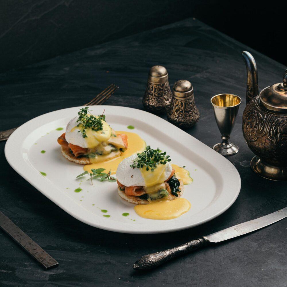 Ouă Benedict cu spanac și somon